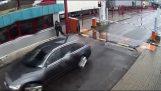 Αυτόματη λωρίδα με καρφιά σταματά όχημα που περνά παράνομα τα σύνορα της Λευκορωσίας