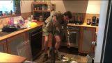 Que peut trouver un Australien sous le four de la cuisine