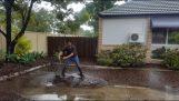 Υδραυλικός καθαρίζει ένα φρεάτιο μετά από πλημμύρα