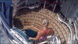 Εντυπωσιακή βουτιά σε πισίνα κρουαζιερόπλοιου