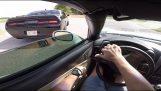 Großvater mit dem Dodge Challenger