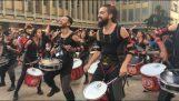 Konzert in der Straße von 150 Trommlern