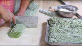 Παρασκευή χειροποίητων ζυμαρικών στην Κίνα