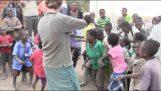 Παιδιά στην Αφρική ακούνε για πρώτη φορά ένα βιολί