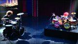Bitva mezi Dave Grohl na bicí a zvíře