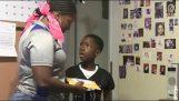Μητέρα κάνει φάρσα στον γιο της για τα γενέθλιά του