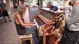 En hemlös spelar vackert på piano