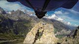 Θεαματική πτήση με wingsuit μέσα από ένα στενό πέρασμα