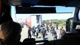 एक ट्रक के ट्रेलर में आप्रवासियों पर आक्रमण