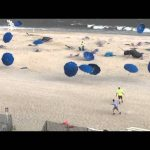 Οι ομπρέλες χορεύουν στην παραλία