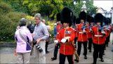 Τουρίστες εναντίον βασιλικής φρουράς