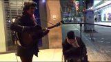 Πλανόδιος μουσικός και άστεγος σε ένα φανταστικό ντουέτο