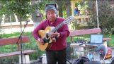 Πλανόδιος μουσικός σολάρει στην κλασική κιθάρα