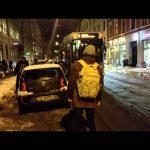 Οι περαστικοί βοηθούν το τραμ