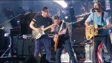 """Οι Coldplay και ο Michael J. Fox παίζουν το """"Johnny B. Goode"""""""