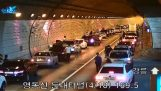 Chauffører samarbejder efter en ulykke i tunnelen (N. Korea)