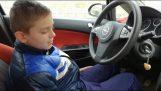 Ο πατέρας βάζει τον 12χρονο γιο του να οδηγήσει (Fail)