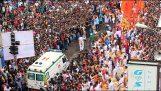 Το πλήθος ανοίγει δρόμο για το ασθενοφόρο