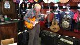 Ένας απίθανος 80χρονος κιθαρίστας