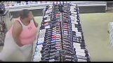 Mulher consegue roubar nove garrafas de álcool