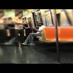 Έδωσε τη μπλούζα του σε έναν άστεγο στο μετρό