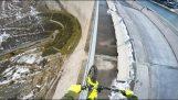騎自行車的人徘徊在大壩的欄杆上