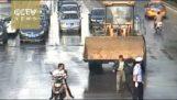 Μπουλντόζα προκαλεί χάος σε δρόμο της Κίνας