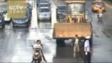 Bulldozer provoca caos in strada della Cina