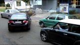 Ένας άνδρας βοηθά μια γυναίκα στο παρκάρισμα