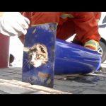 Βοήθεια σε μια γάτα που κόλλησε σε στύλο