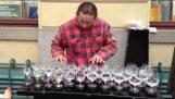 Ο εκπληκτικός πιανίστας με τα ποτήρια