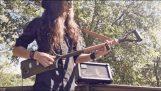 Μια 3χορδη ηλεκτρική κιθάρα από ένα φτυάρι