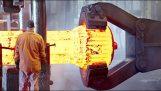 Επεξεργασία μετάλλου σε ένα μεγάλο εργοστάσιο σιδηρουργίας
