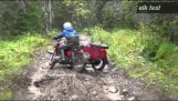 De fabriken testerna av ryska Ural motorcyklar