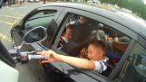 Μοτοσικλετιστής συναντά δύο μικρά παιδιά