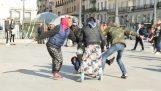 A spanyol rendőrség beavatkozik a verekedésben a roma