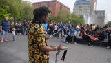 Putovní bubeník v New Yorku staví $ 400 za den