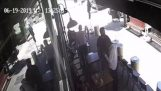 Obchodník zastavenie zlodej hádzanie stoličky