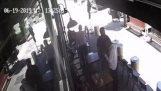 Shopkeeper остановка вор метание стула