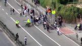 A rendőrök a motorkerékpárok ellen korcsolyázók