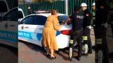 एक औरत पुलिस को पागलों जैसे चिल्ला (टर्की)