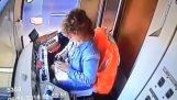 Трамвайни дерайлиране като шофьорът пише на съобщение на мобилния си телефон