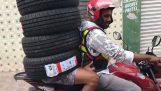 איך להעביר ארבעה צמיגים עם אופנוע