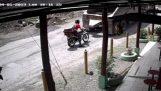 Камион, паркиран на мотоциклет