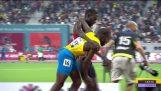 Αθλητής βοηθά τον συναθλητή του να τερματίσει