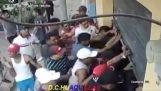 Gang złodziei opróżniane an Sklep elektroniczny  (Ekwador)