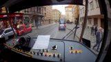 Řidič tramvaje pomáhá dítěti najít jeho rodiče