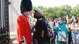 Τι γίνεται όταν παρενοχλείς την βασιλική φρουρά