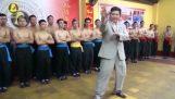Απατεώνας Μάστερ του Κουνγκ Φου σε αστεία επίδειξη