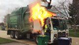 А боклукчийски камион на пожар
